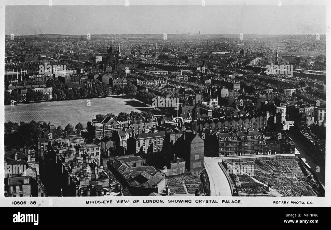 Vue aérienne de Londres du sud de Victoria à l'édifice de Crystal Palace, sur l'horizon. Date: vers 1910 Photo Stock