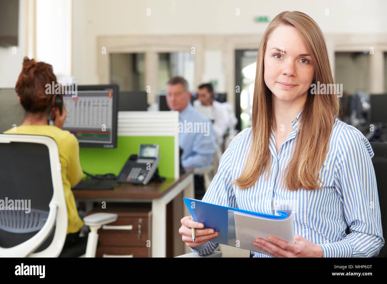 Portrait Of Businesswoman étudier en rapport Bureau Moderne Occupé Photo Stock