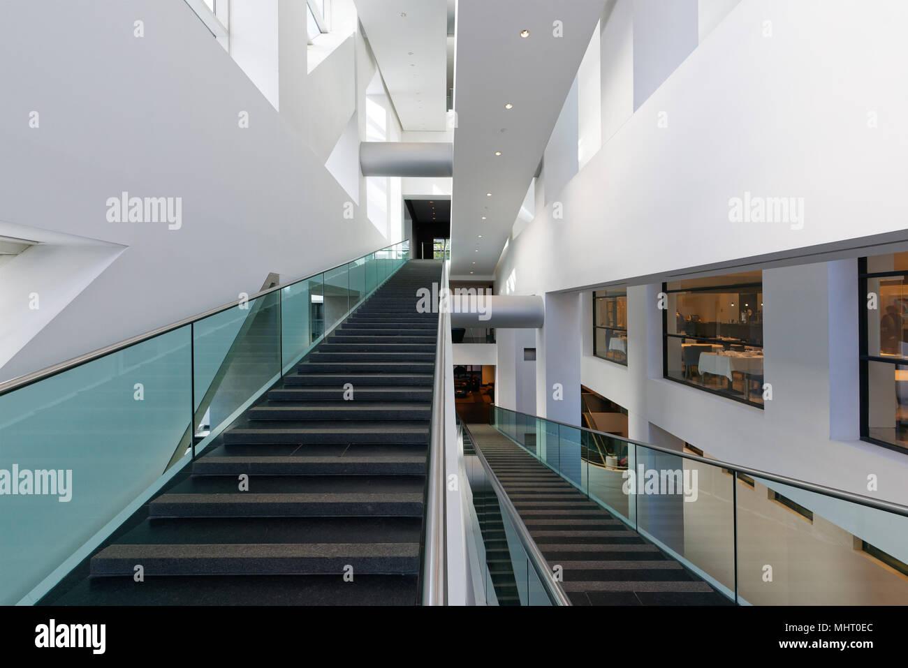 L'architecture moderne escalier intérieur le Musée des beaux-arts de Montréal Banque D'Images