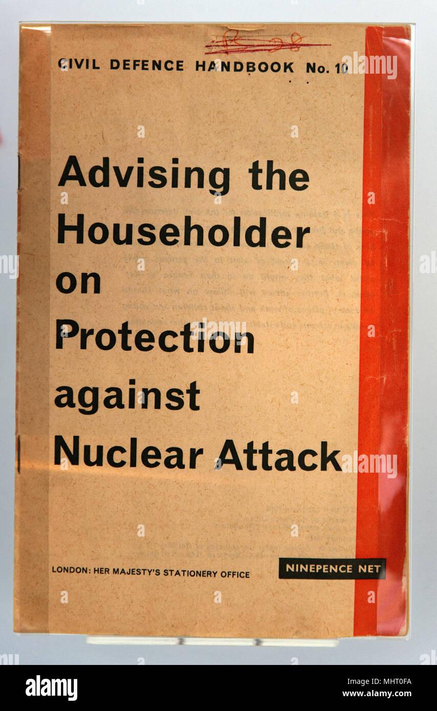 La notice de conseiller le chef sur la protection contre les attaques nucléaires, compte tenu de foyers britanniques pendant la guerre froide, en donnant des conseils de quoi faire en Photo Stock