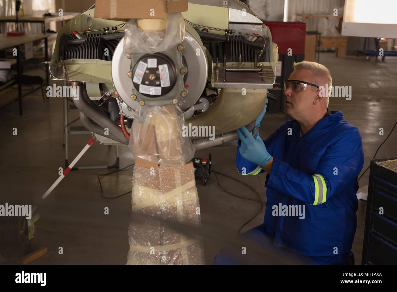 Contrôle des pièces d'avion ingénieur Photo Stock