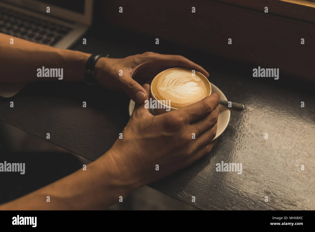 Businessman holding Coffee cup dans le café Photo Stock