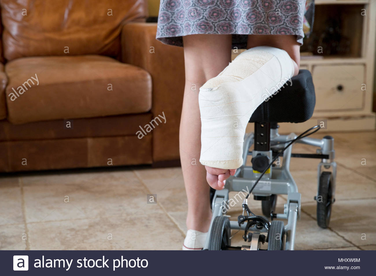 Close Up of Woman avec patte en plâtre à la maison à l'aide d'aide à la mobilité Photo Stock