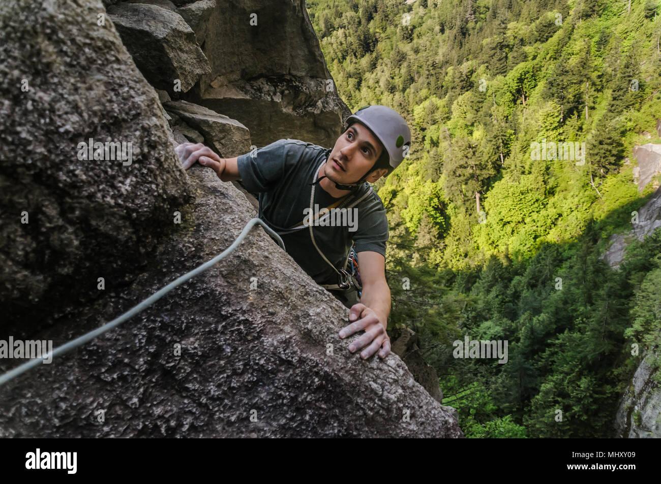 L'homme au niveau du chef d'escalade trad, Squamish, Canada Banque D'Images