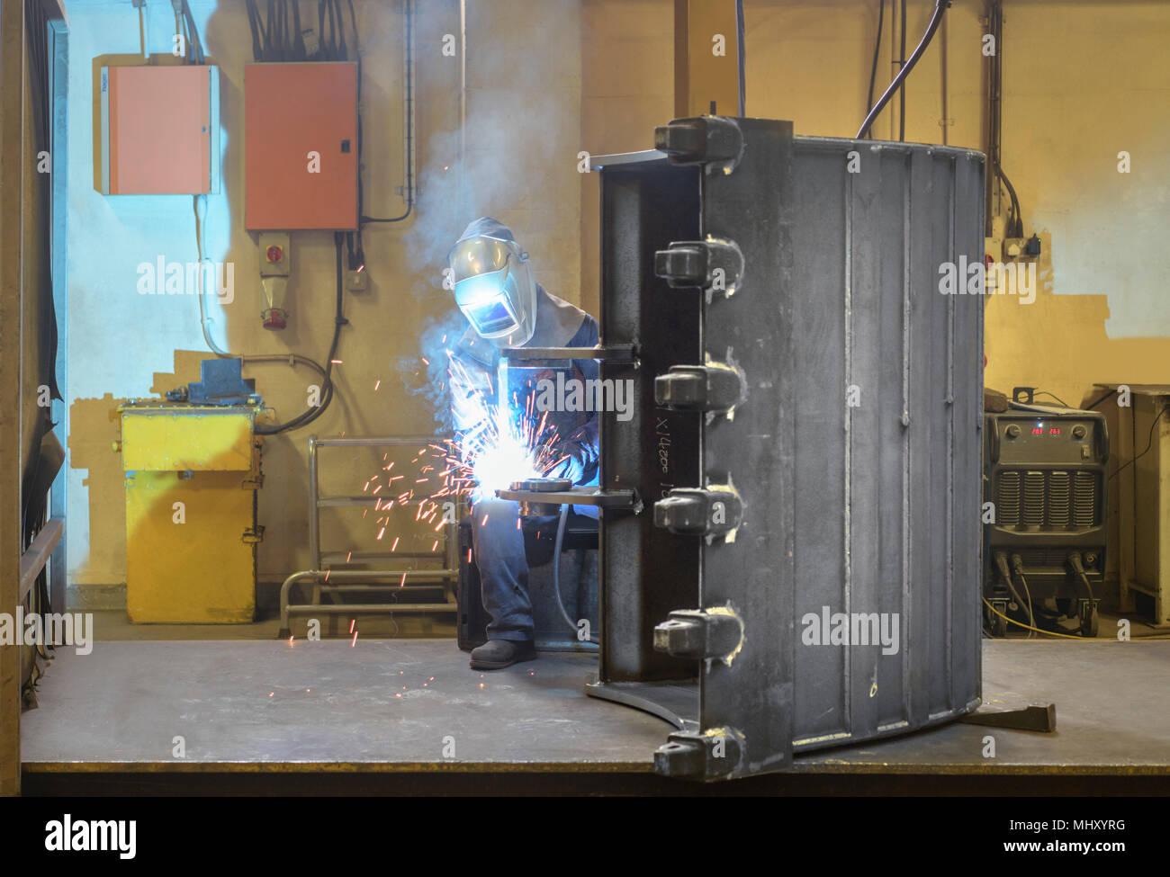 Une partie de la soudure soudeur digger godet en usine d'ingénierie Photo Stock