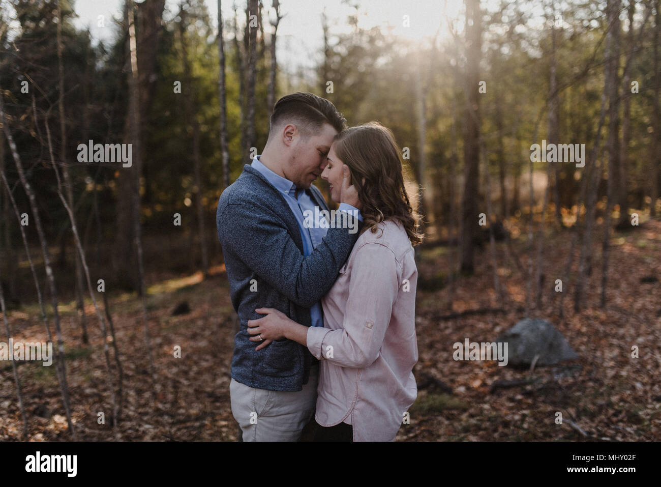 Jeune couple kissing in forest, Ottawa, Canada Photo Stock