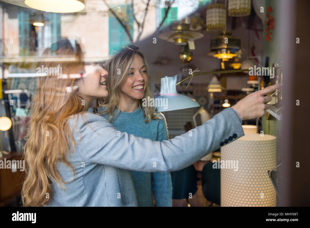 Les amis de shopping dans la boutique d'éclairage Photo Stock