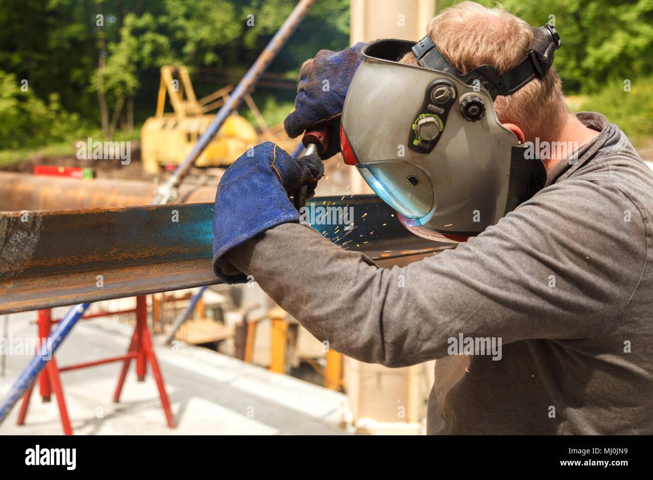 Travaux de soudure soudure soudeur, matériaux métalliques dans l'industrie lourde, fabrication de clip vidéo Banque D'Images