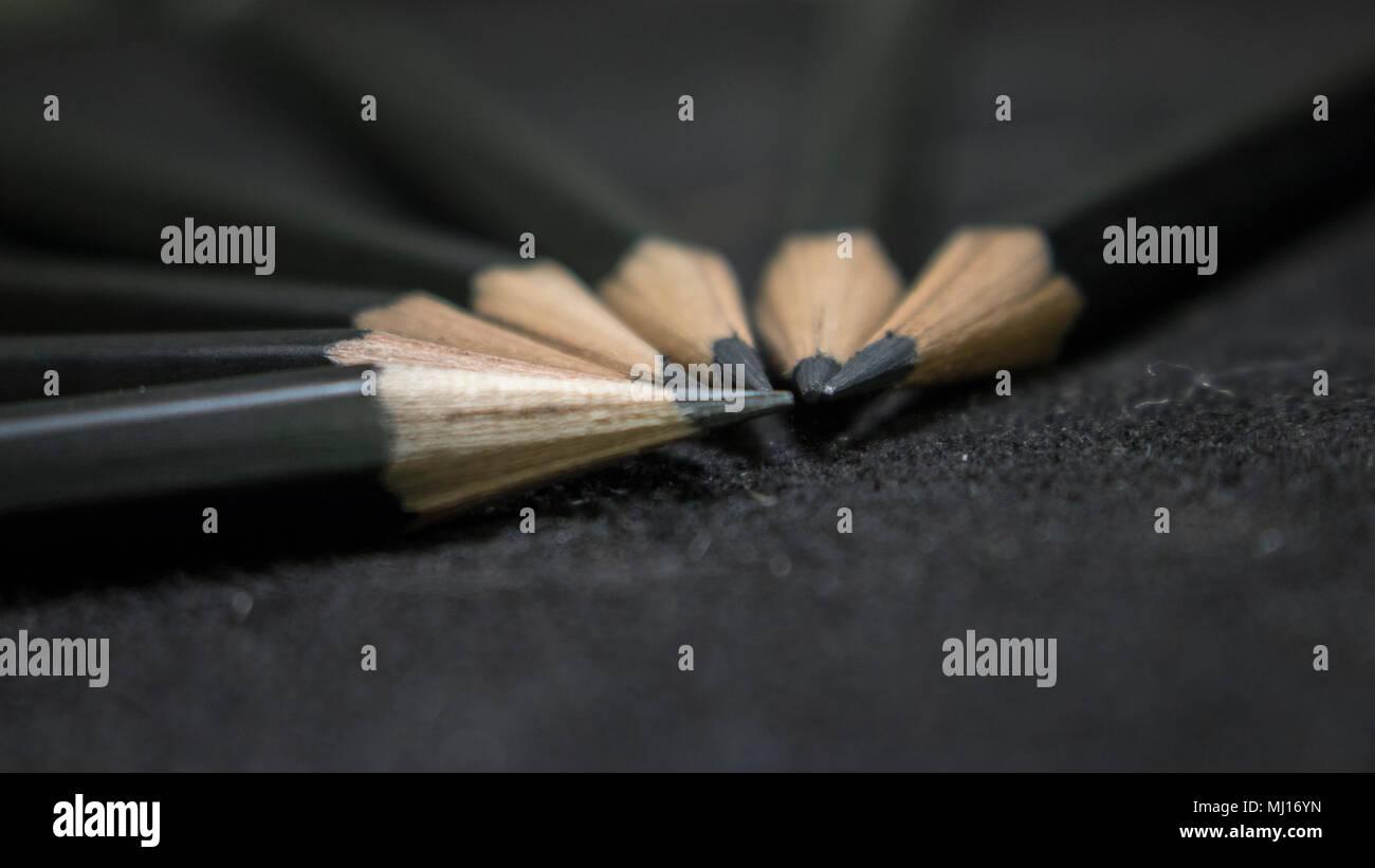 Un groupe de crayons fixant dans un cercle prêt à être utilisé par les esprits brillants! Banque D'Images