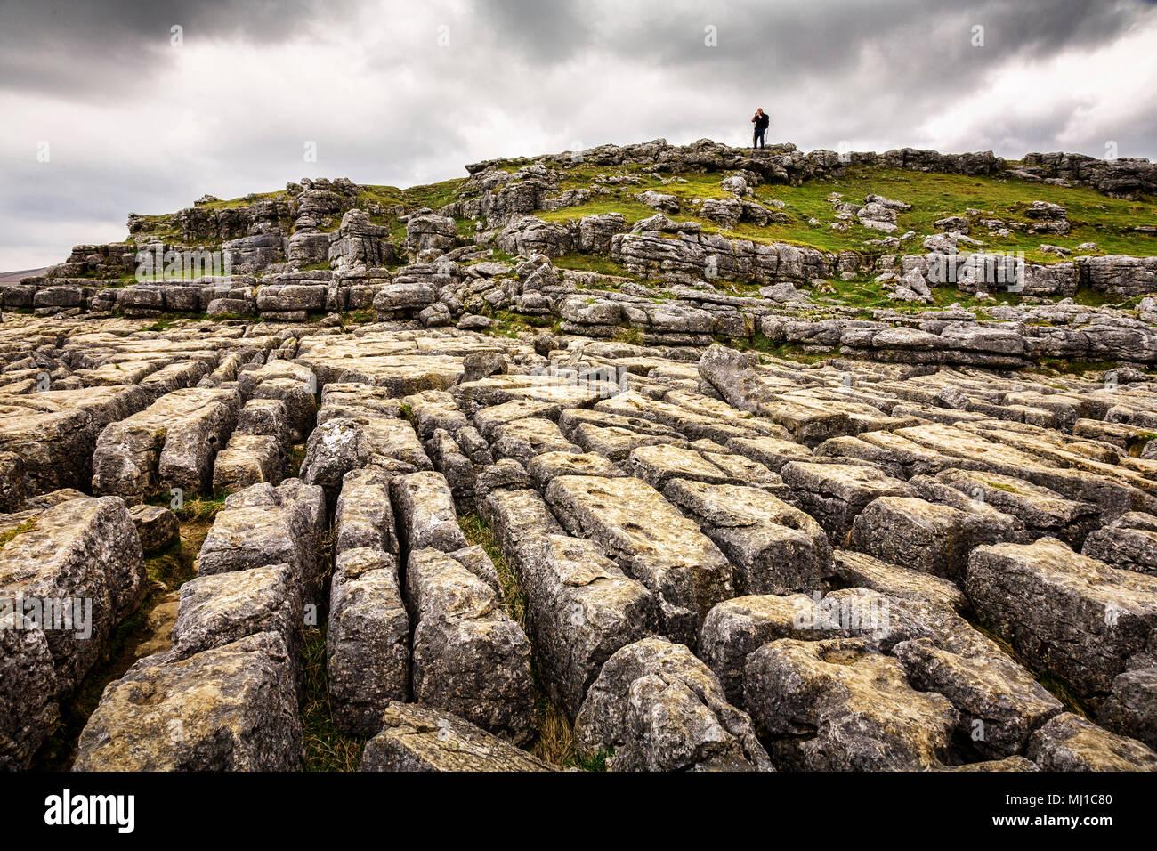 Karst calcaire chaussée à Malham Cove, Yorkshire Dales, Angleterre. Photo Stock