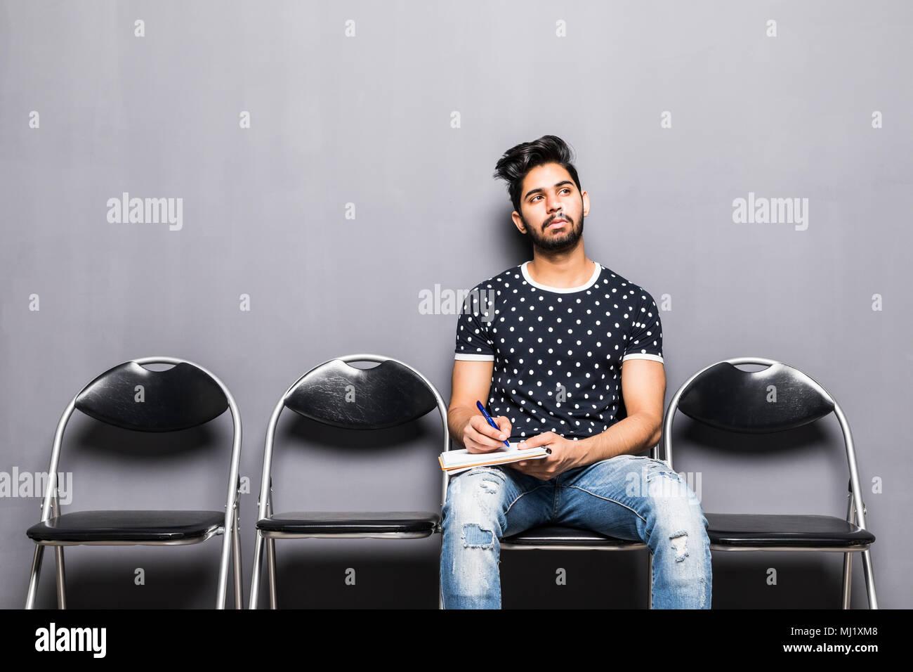 Jeune homme en attente d'entrevue d'emploi dans la salle de réception Photo Stock