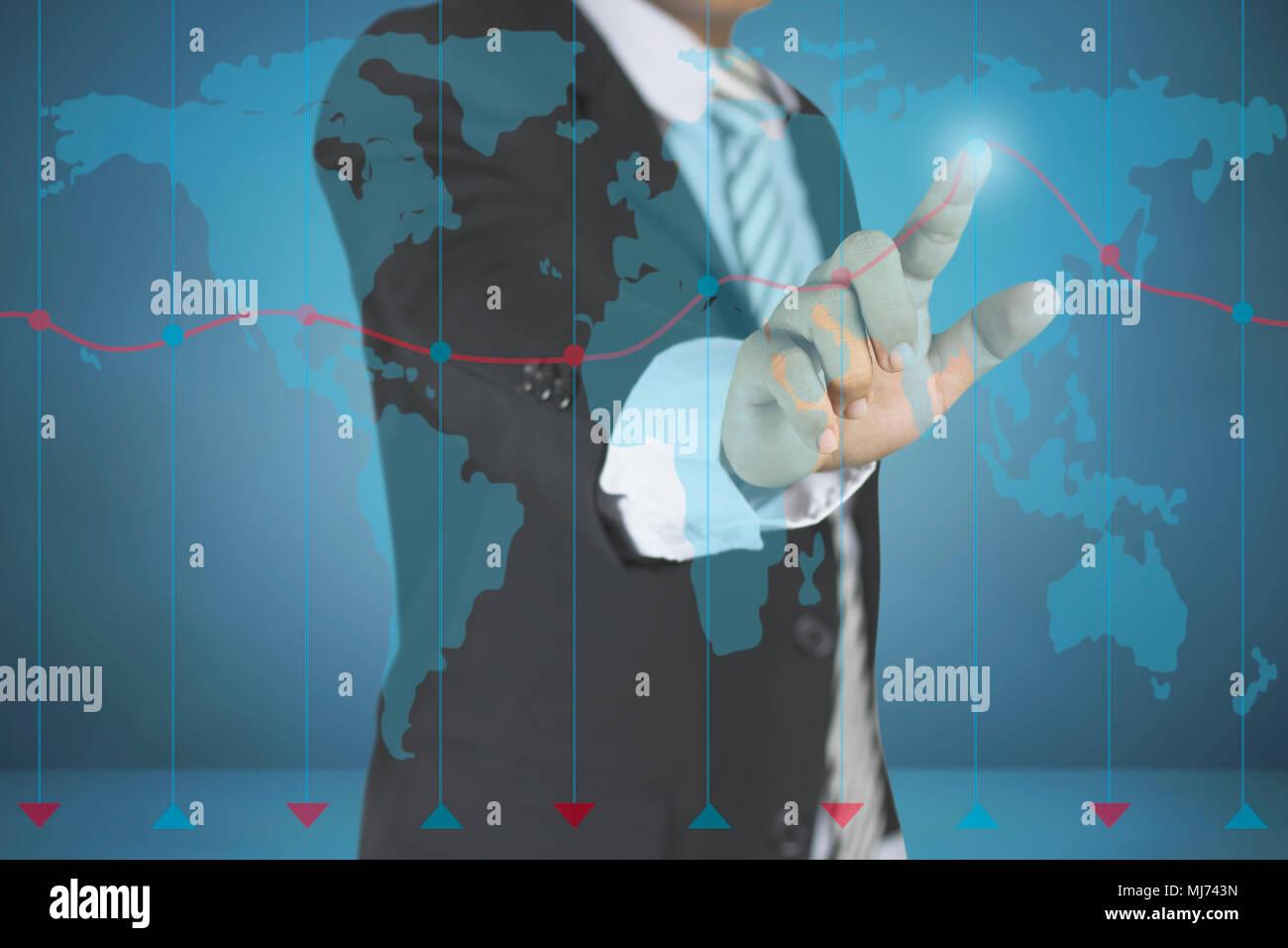 Business man pointing at graph concept commercial et de croissance sur fond bleu foncé avec carte. L'investissement, les finances, les affaires, la technologie de l'avenir un succès Photo Stock