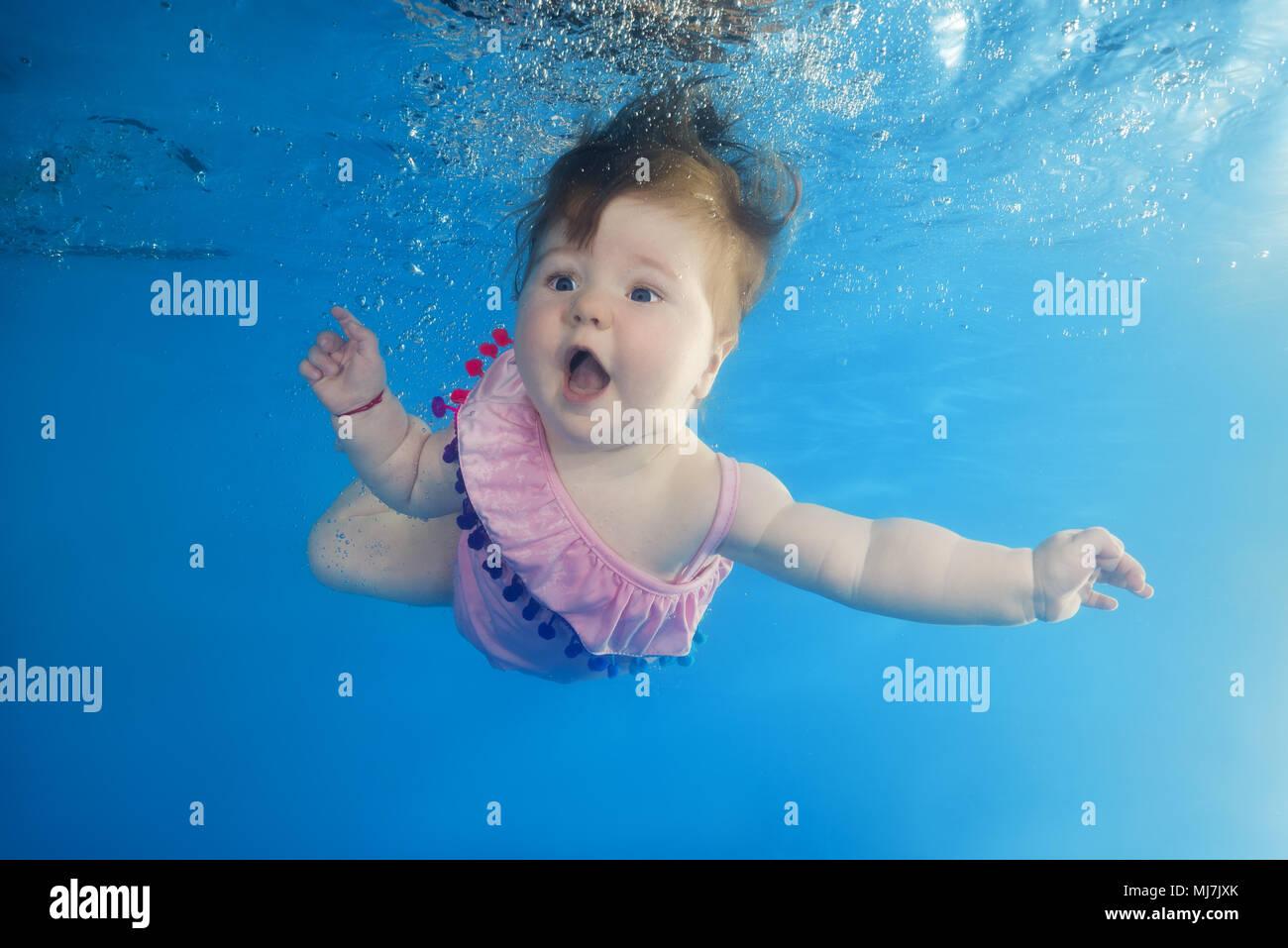 Petite fille avec une bouche ouverte nager sous l 39 eau dans - Nager dans une piscine ...
