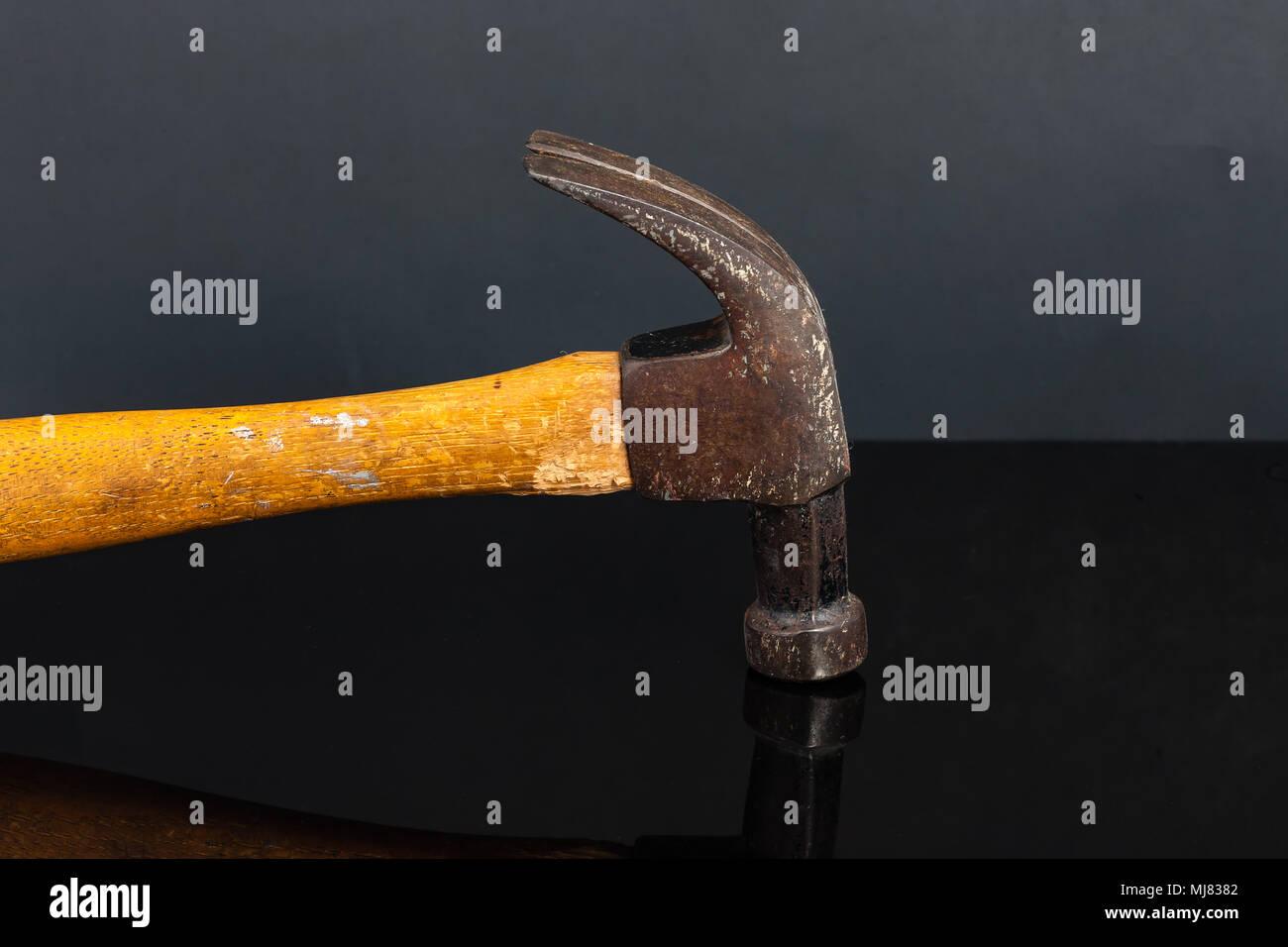 Un vieux et très utilisés charpentiers claw hammer Banque D'Images