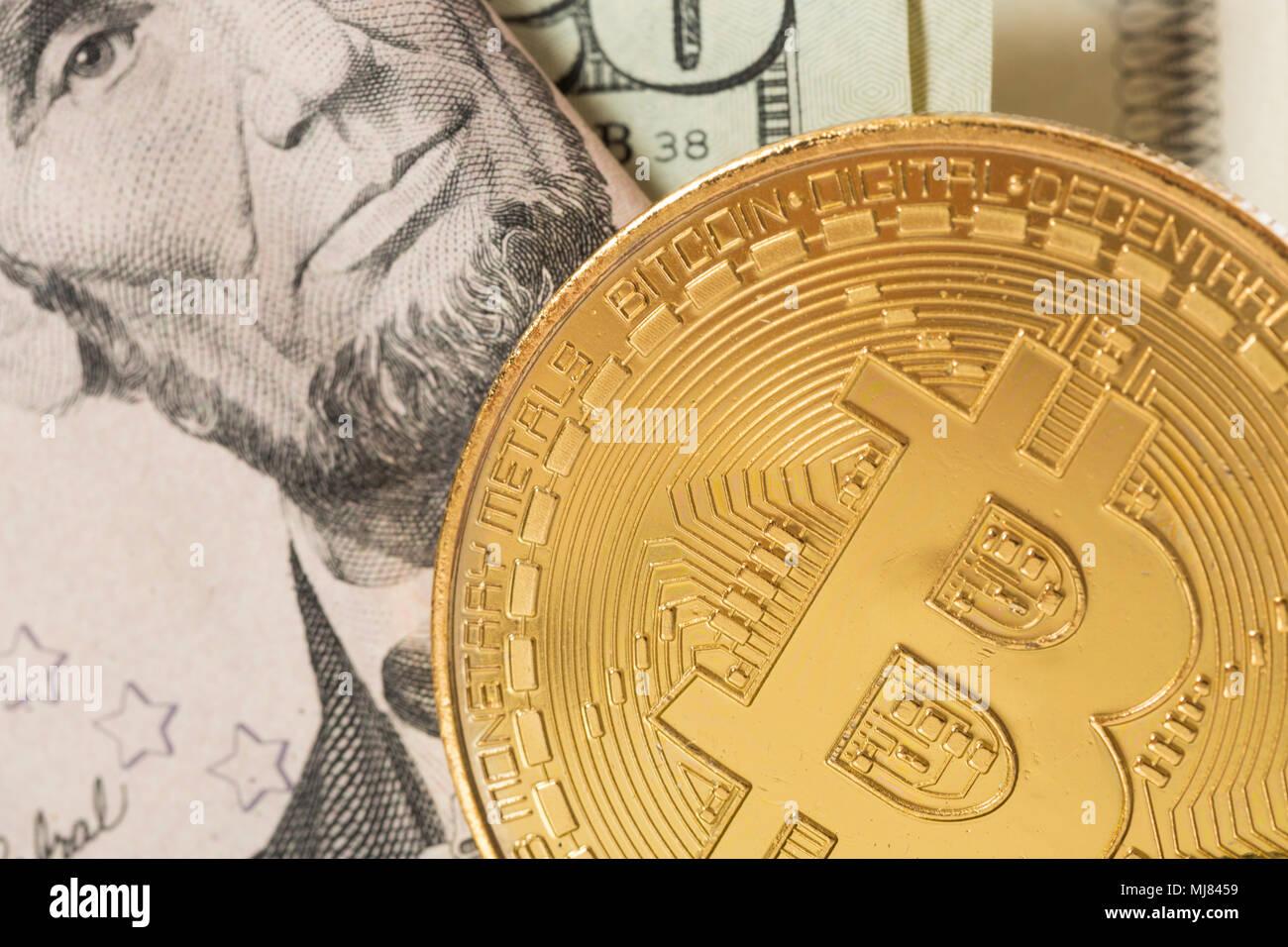 Avec un papier-monnaie bitcoin. Photo Stock