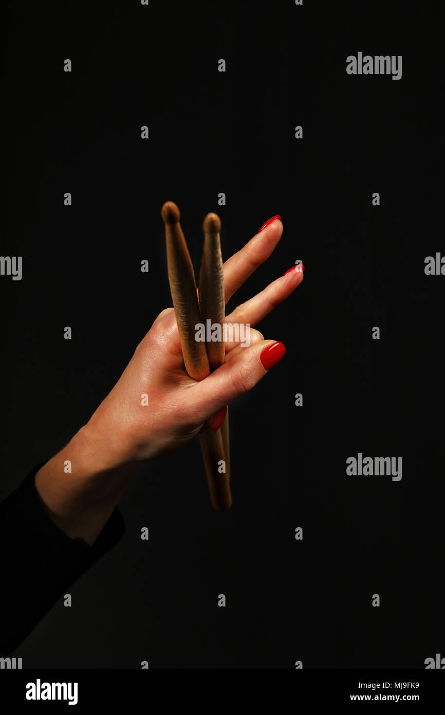 66a45935532a Femme main tenant deux baguettes avec des cornes de diable geste rock metal  sign sur fond