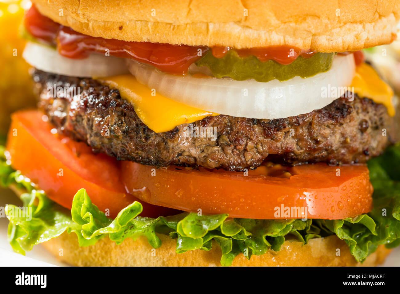 Memorial Day Backyard Babecue avec repas Hamburgers Hot dog Salades et frites Banque D'Images