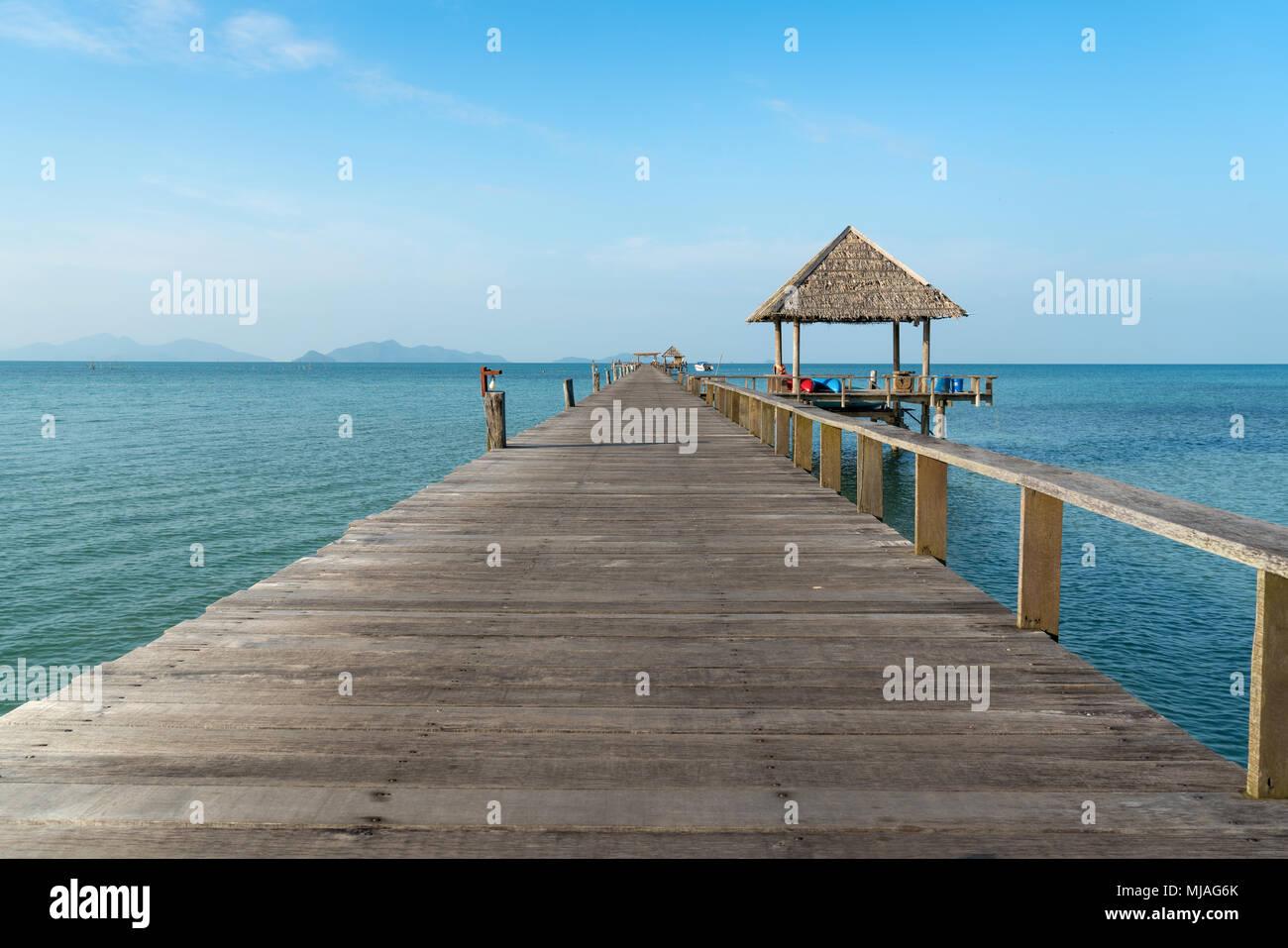 Jetée en bois entre le coucher du soleil à Phuket, Thaïlande. L'été, les voyages, vacances et maison de vacances concept. Photo Stock