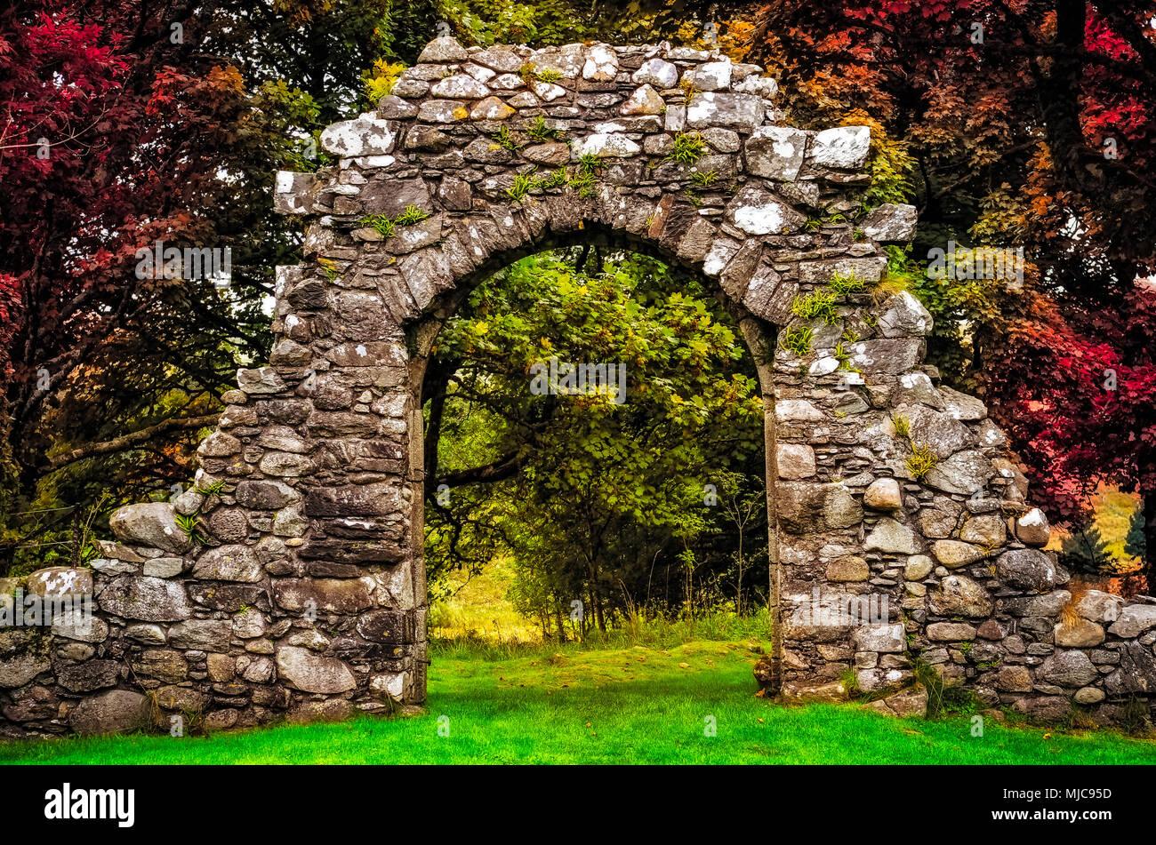 l 39 entr e en pierre vieux mur dans le jardin avec de belles feuilles color es banque d 39 images. Black Bedroom Furniture Sets. Home Design Ideas