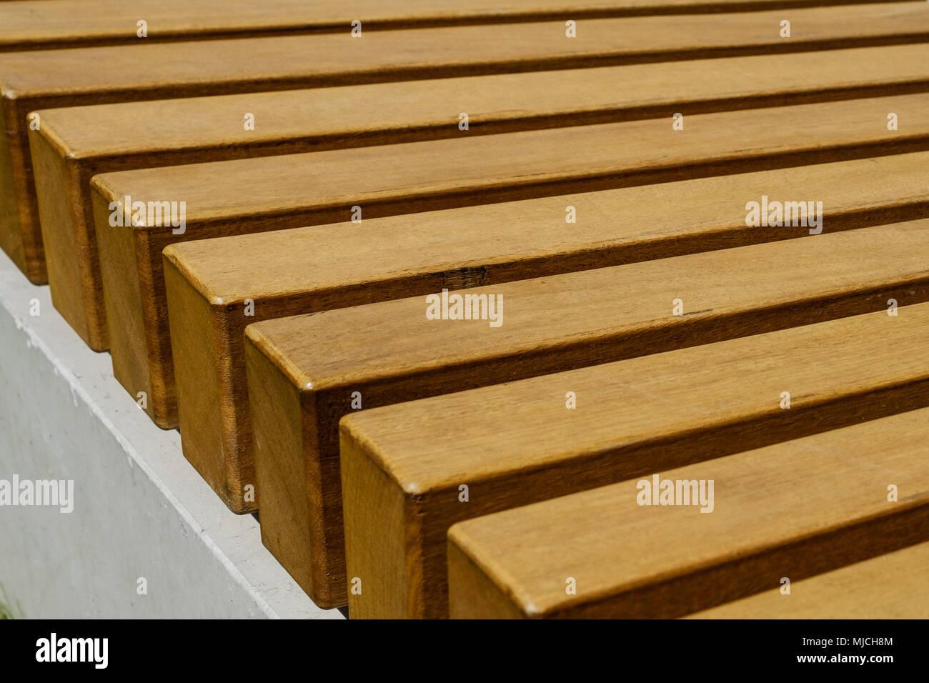 banc en bois libre, le bar d'arrière-plan, des meubles en bois