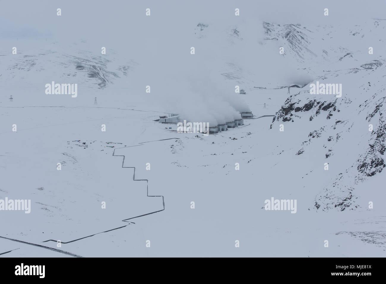 L'Islande en hiver, bird's eye view, la production d'énergie dans un champ géothermique Photo Stock