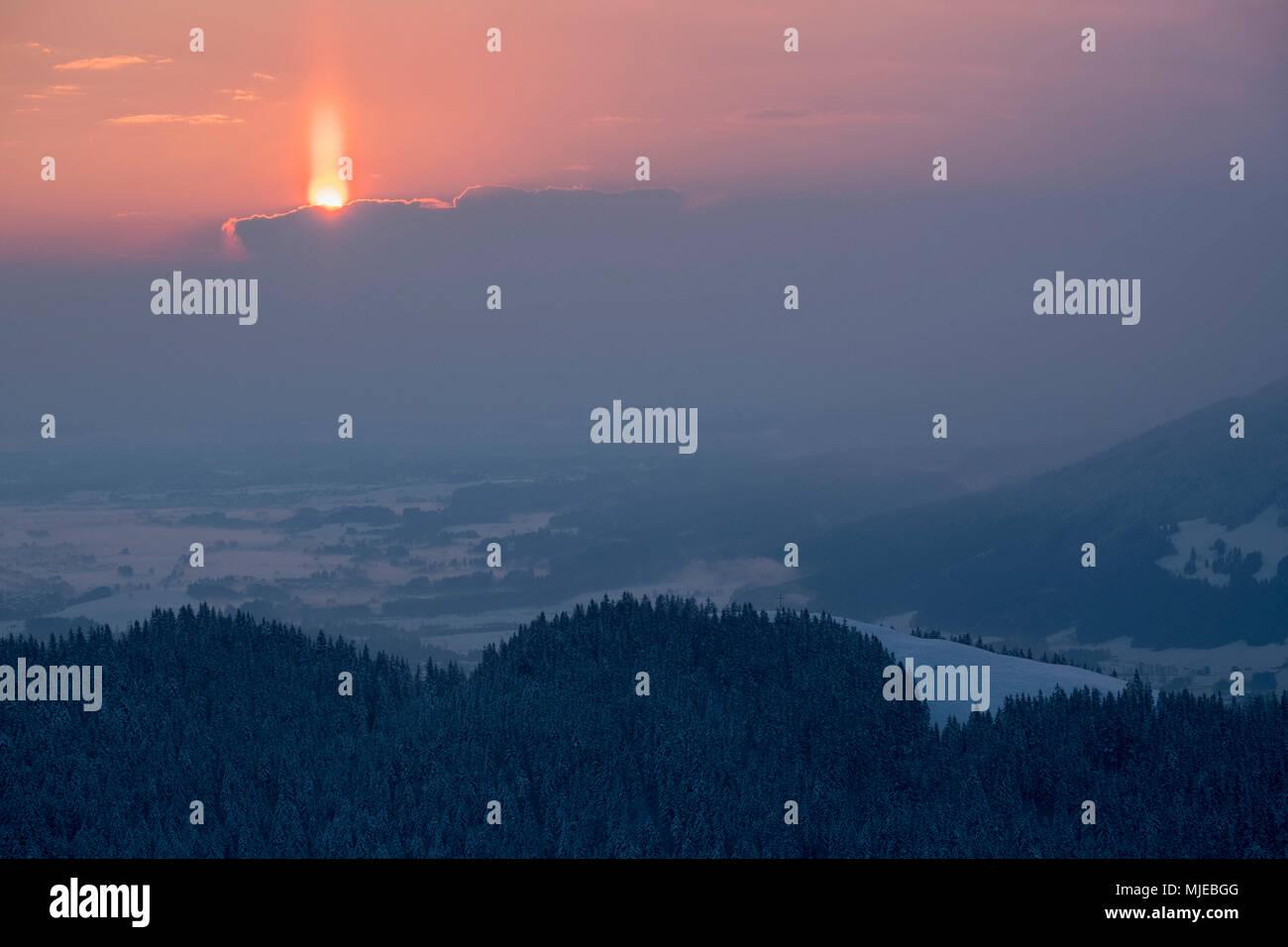 Matin sur l'humeur Zwiesel en vue de l'Blomberg et la vallée en hiver, fermer Bad Tölz, Alpes bavaroises, Bavière, Allemagne Photo Stock