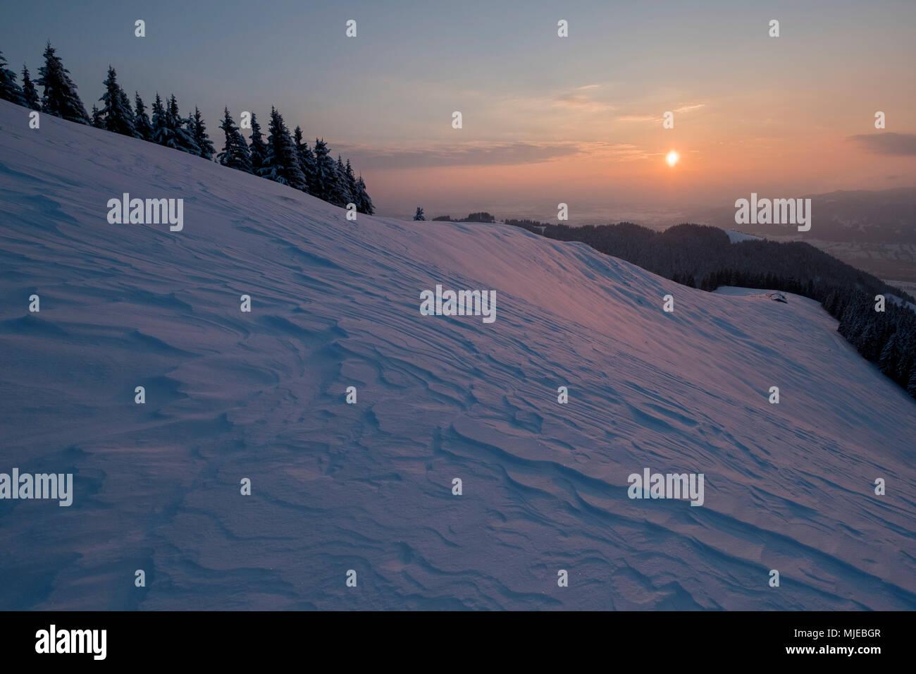 Matin sur l'humeur Zwiesel en vue de l'Schnaiteralm, près Bad Tölz, Alpes bavaroises, Bavière, Allemagne Photo Stock