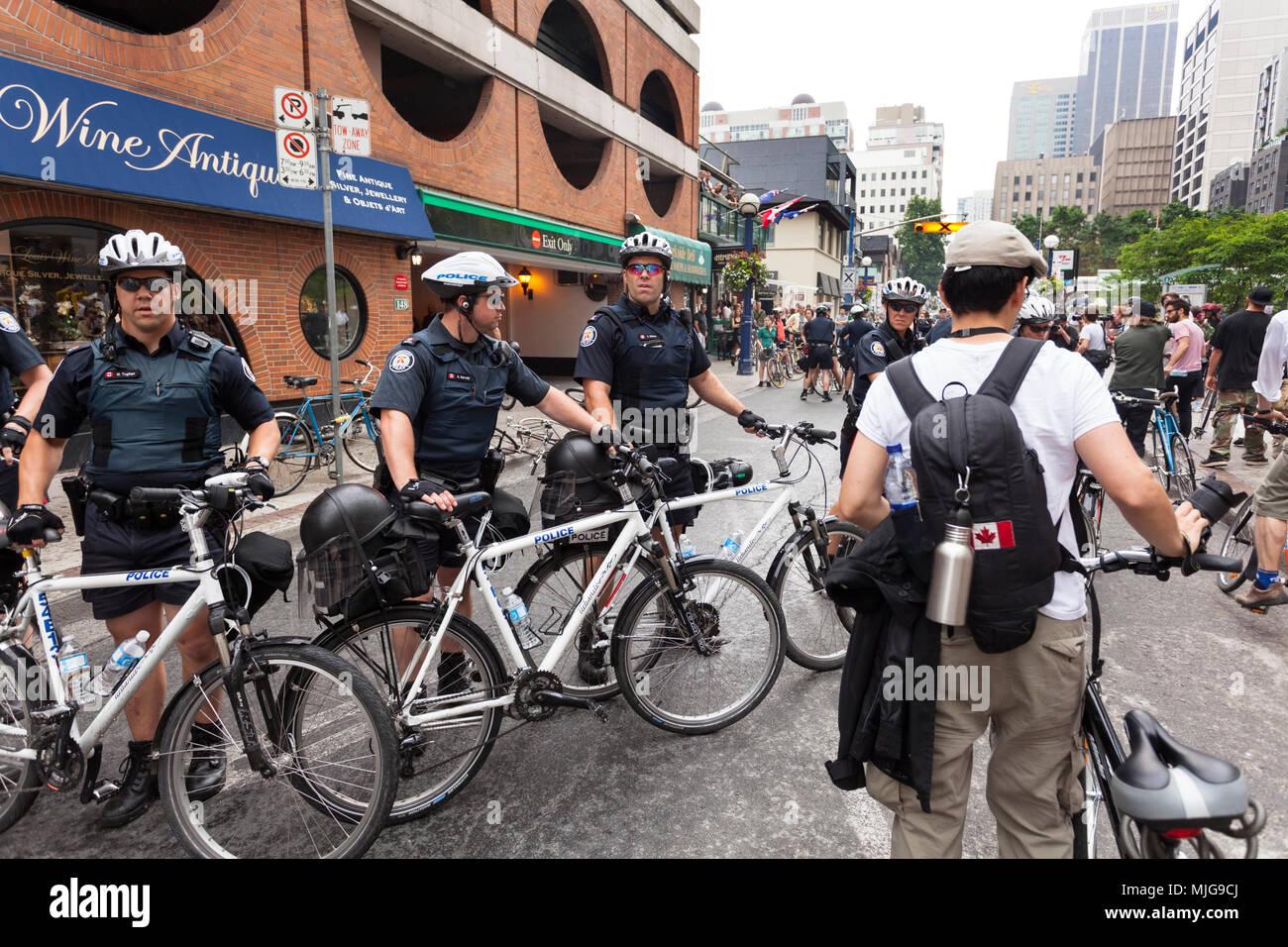 Un blocus de la police le long de la rue Queen, pendant le sommet du G20 au centre-ville de Toronto, Ontario, Canada. Photo Stock