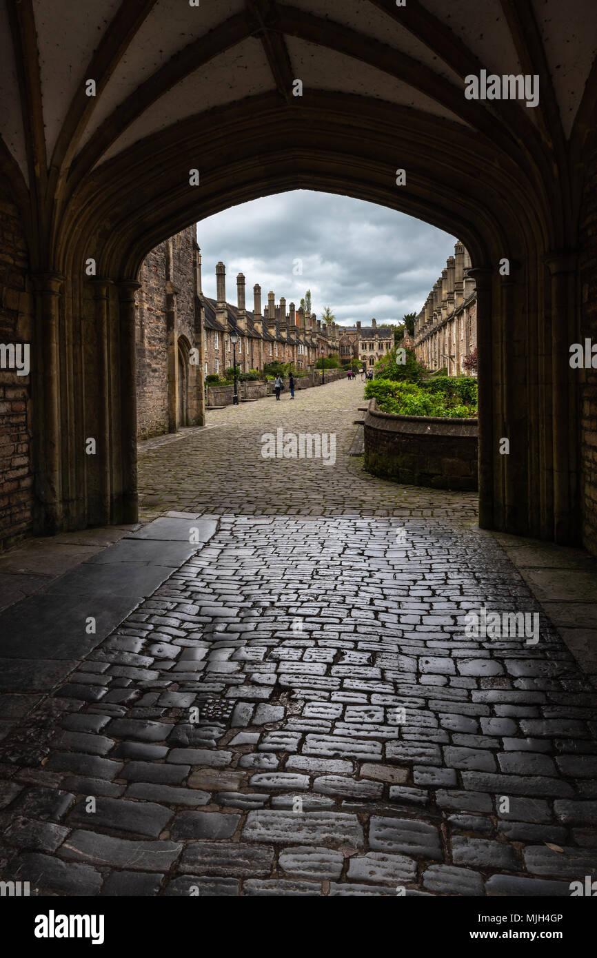 Près des vicaires dans Wells, Somerset vu de la porte voûtée à la porte de la chaîne, est réputée être la plus ancienne d'origine purement résidentielle avec bu Banque D'Images