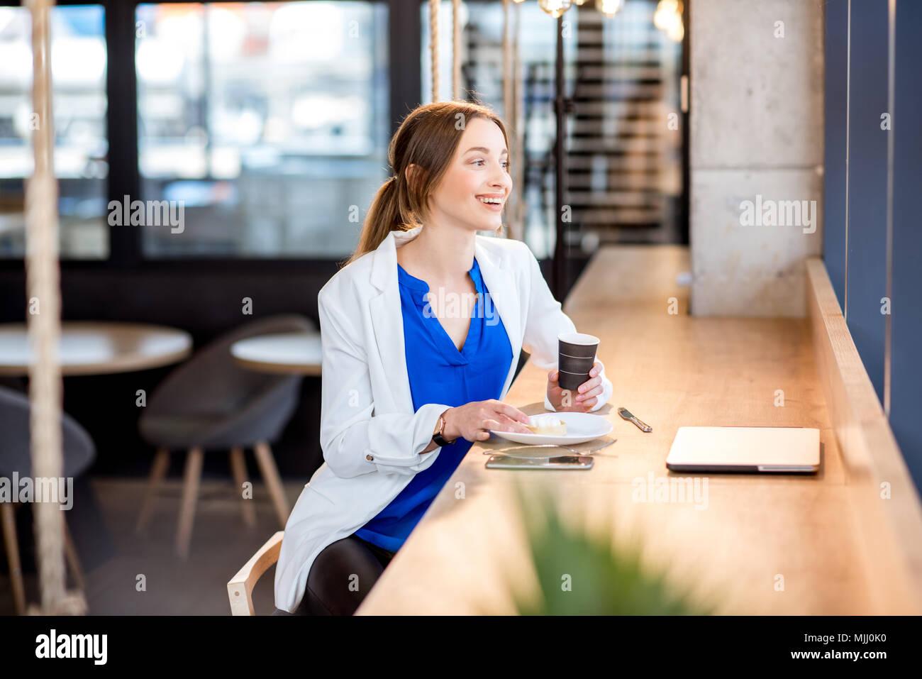 Femme d'affaires dans le café Photo Stock