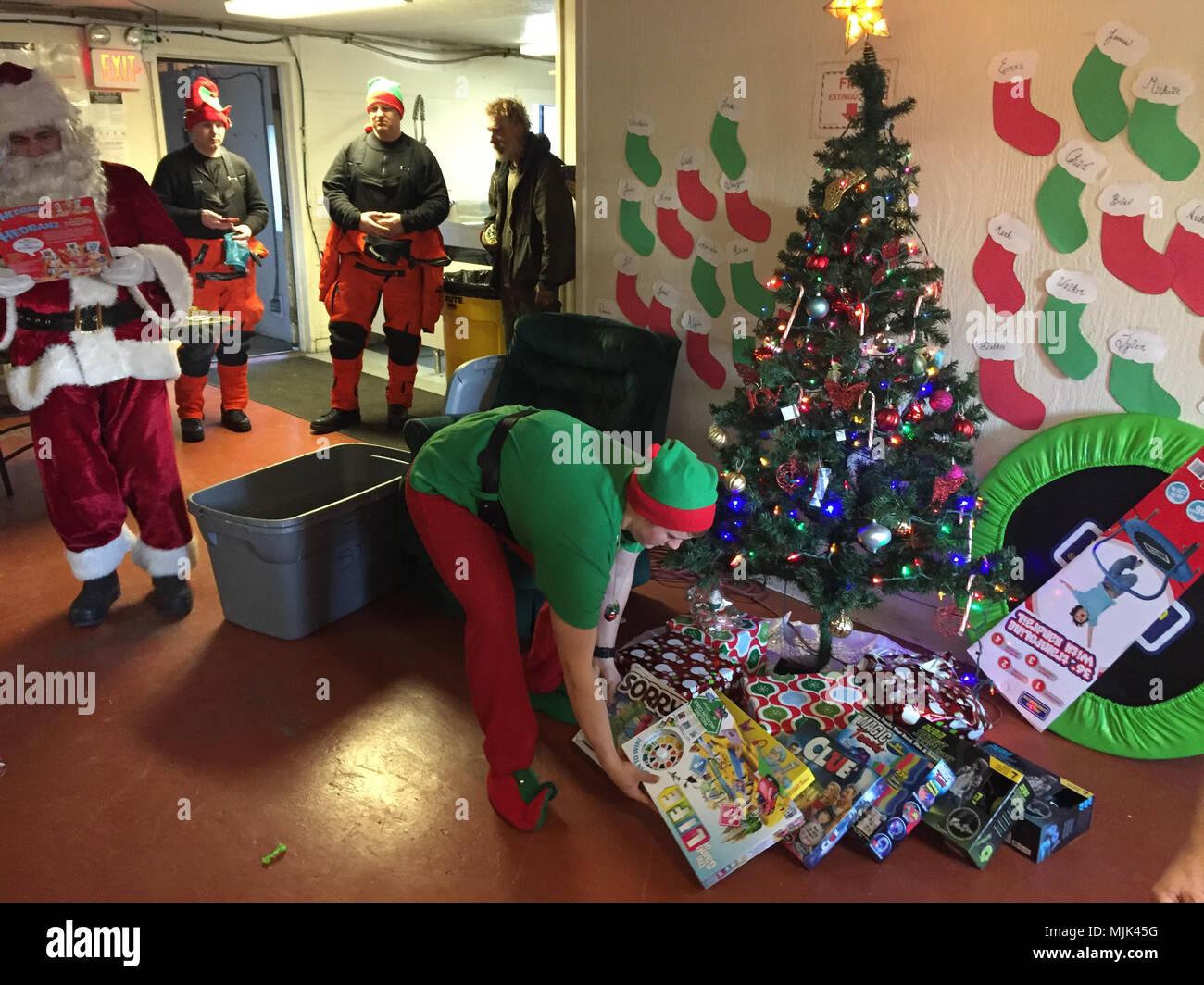 Cadeau De Noel Classe.Le Père Noël Et Sa Tête Elf Offrir Des Cadeaux De Noël Pour
