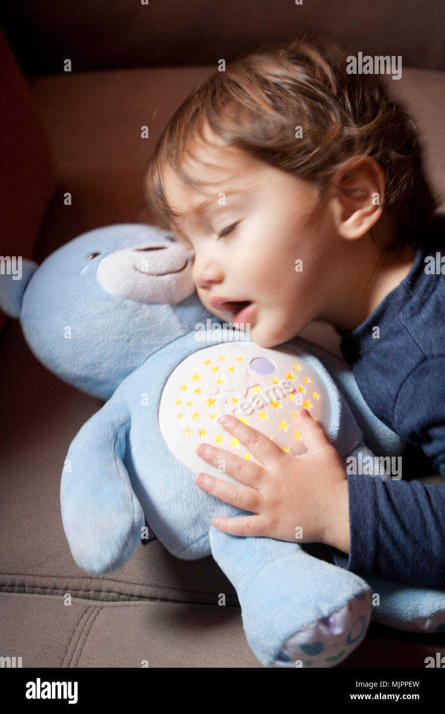 Deux ans tout-petit de câliner un ours plush Photo Stock