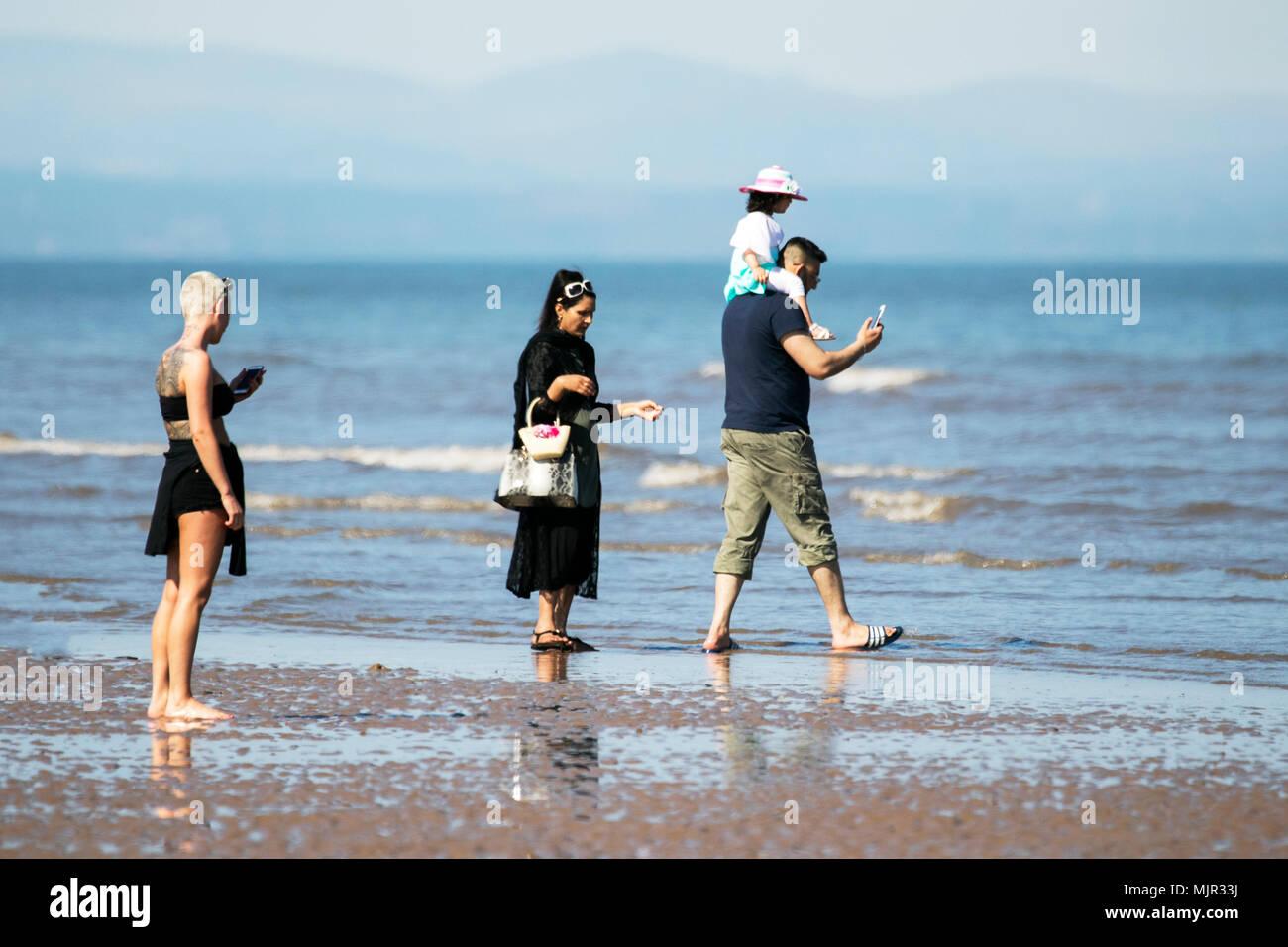 Blackpool, Royaume-Uni, 6 mai 2018. Les vacanciers sur front de mer de Blackpool. 6 mai 2018. Météo britannique. Des milliers de touristes et des vacanciers descendre sur la plage, sur le front de mer de Blackpool pour profiter du beau soleil et des températures élevées. Credit: Cernan Elias/Alamy Live News Banque D'Images