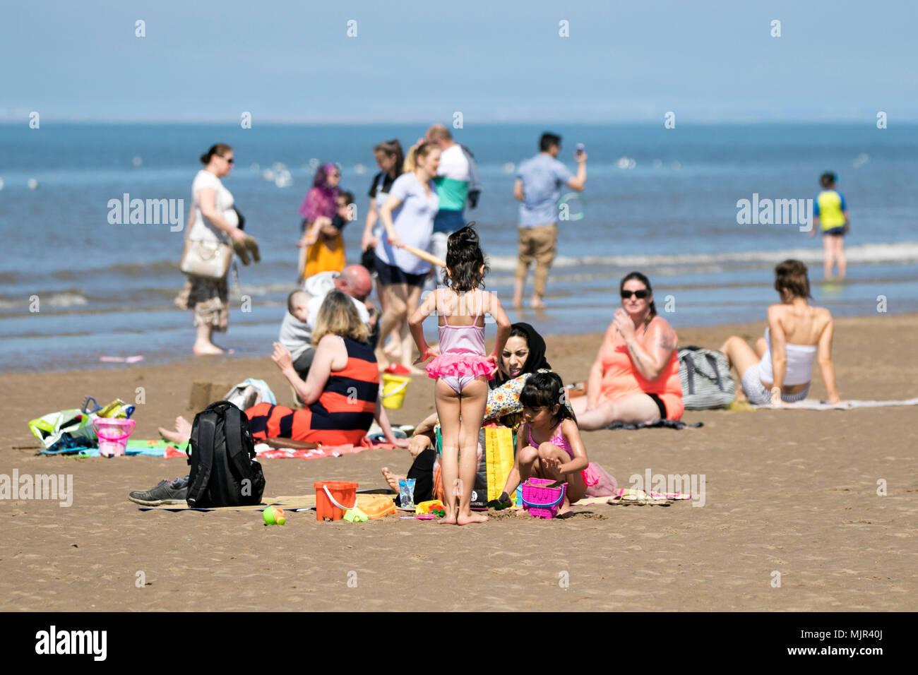 Blackpool, Royaume-Uni, 6 mai 2018. Les vacanciers sur front de mer de Blackpool. 6 mai 2018. Météo britannique. Des milliers de touristes et des vacanciers descendre sur le front de mer de Blackpool pour profiter du beau soleil et des températures élevées. Credit: Cernan Elias/Alamy Live News Banque D'Images