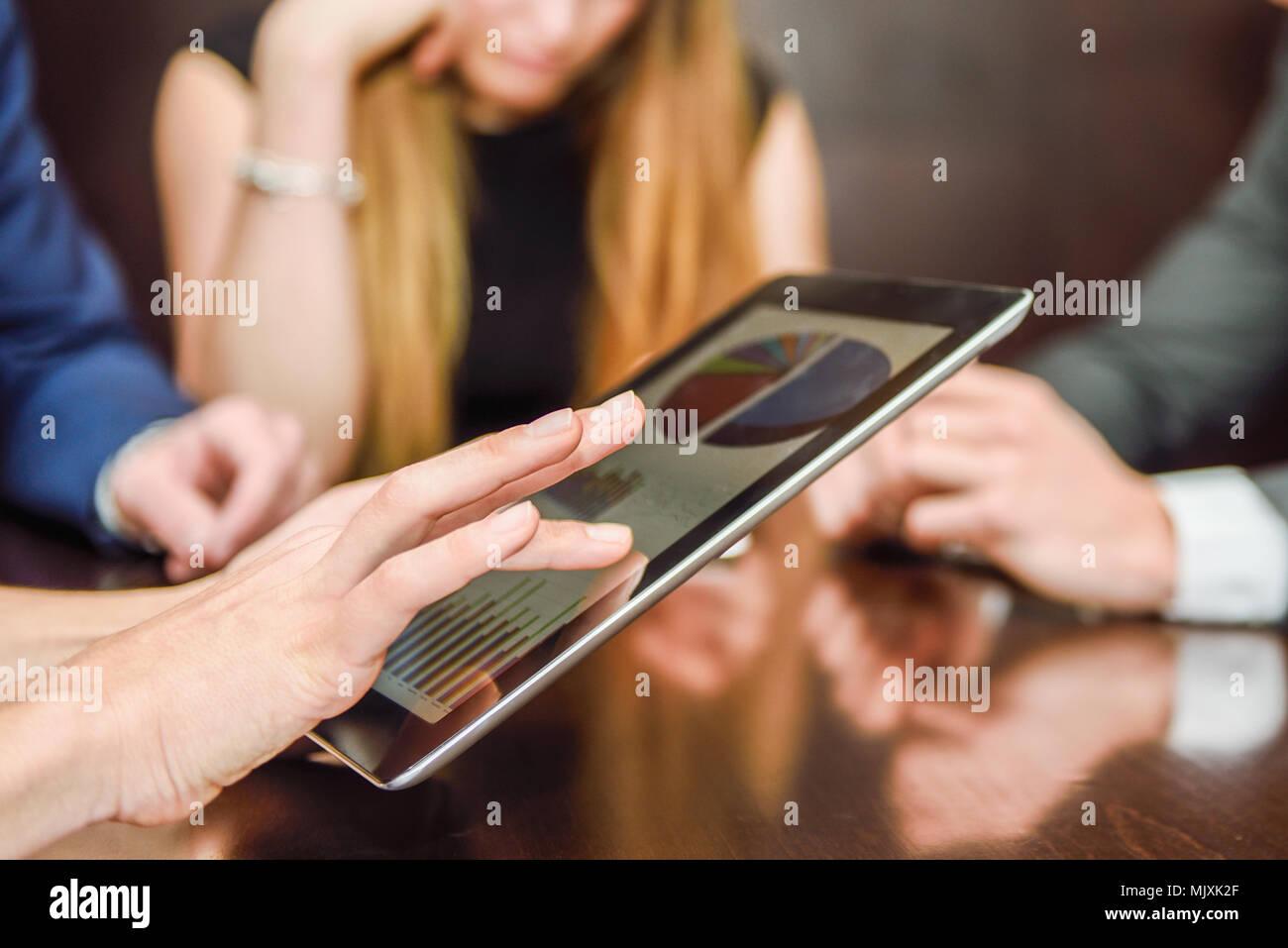 Close-up of a modern business team using tablet computer de travailler avec les données financières Banque D'Images