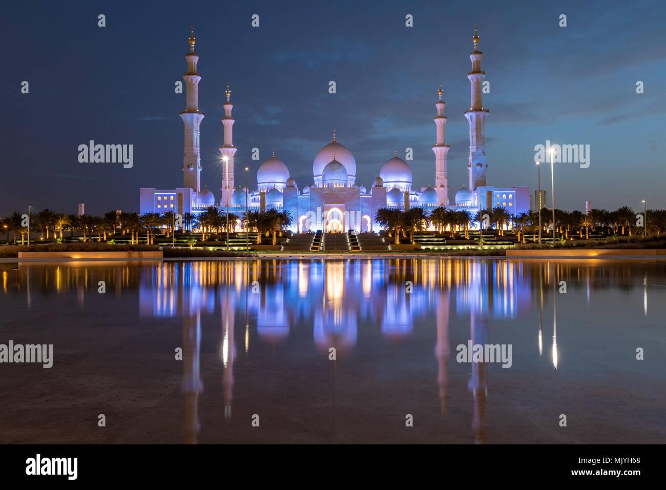 Grande Mosquée de Sheikh Zayed à Abu Dhabi, capitale des Emirats Arabes Unis. Mosquée est construite de marbre blanc italien. Reflet dans le lac Photo Stock