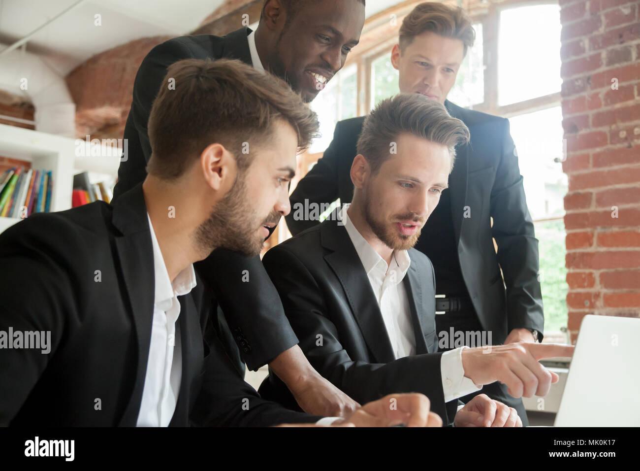 Dirigeant d'entreprise de plus en plus masculins présentant des revenus à des collègues Photo Stock