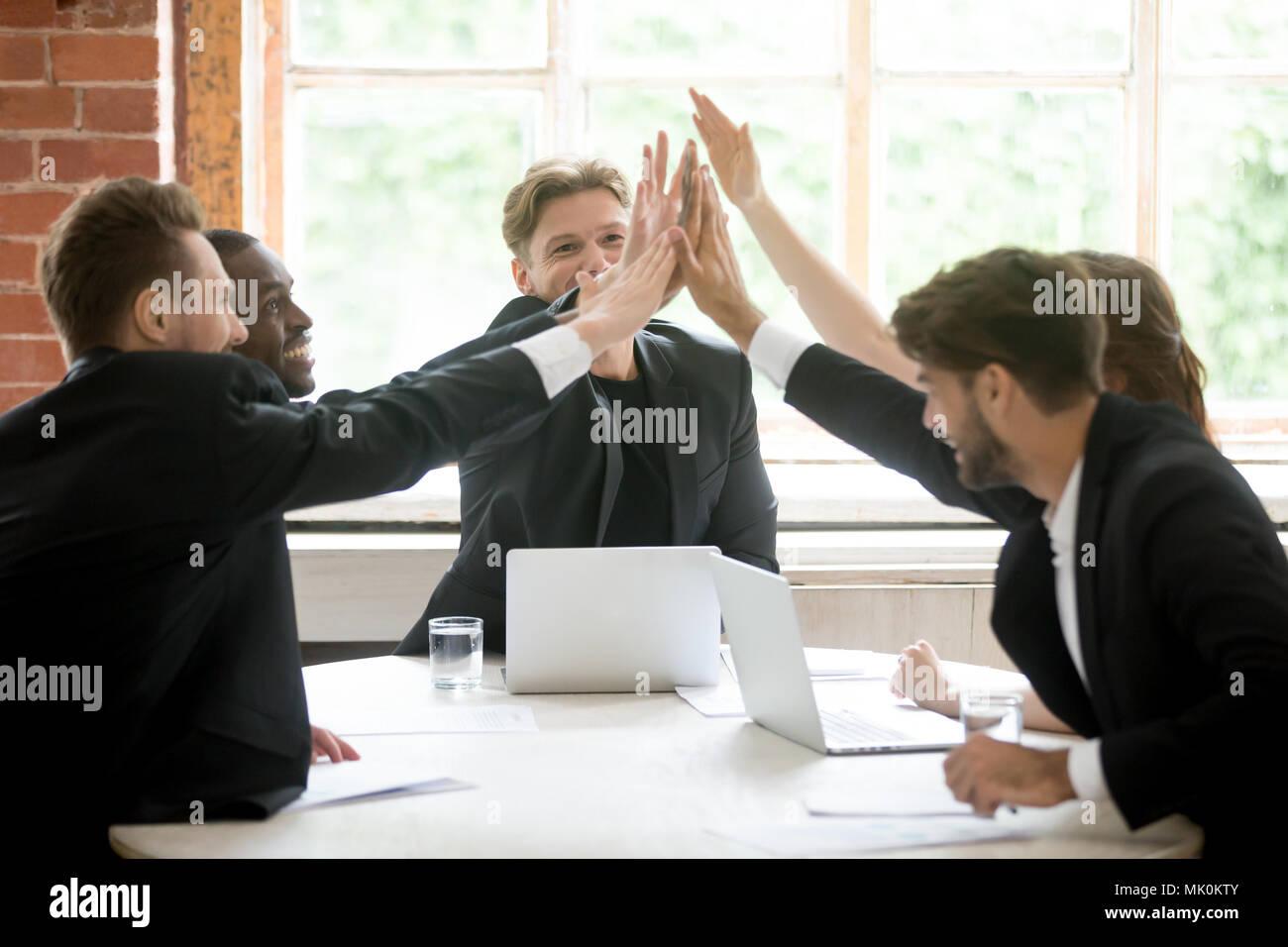 Professionnels de l'équipe de travail, offrant un rapport cinq après la fermeture des affaires Photo Stock