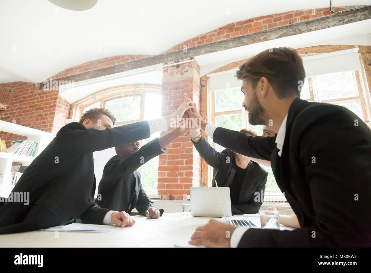 Cinq collègues offrant un rapport d'affaires pour faire face Photo Stock