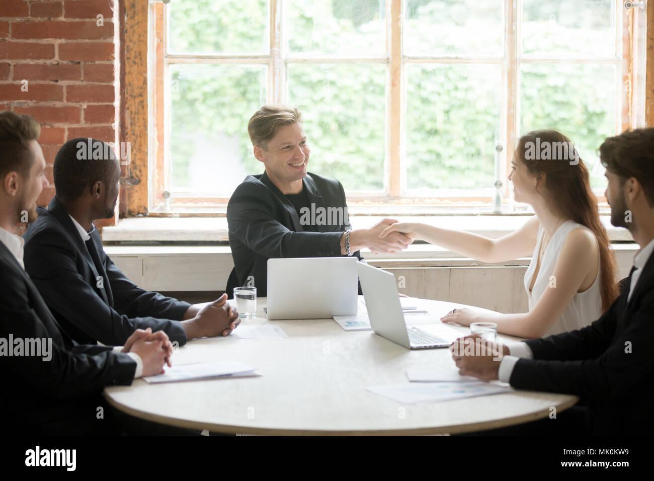 Smiling Chef de la femme message d'entreprise collègue par handshake Photo Stock