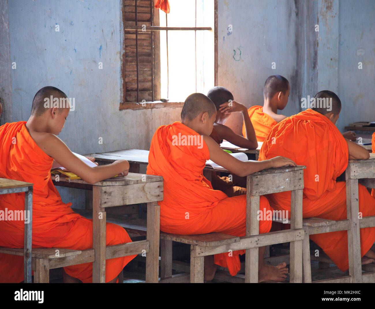 Moine Bouddhiste Novice les enfants de l'école dans une salle de classe en milieu rural au Cambodge Photo Stock