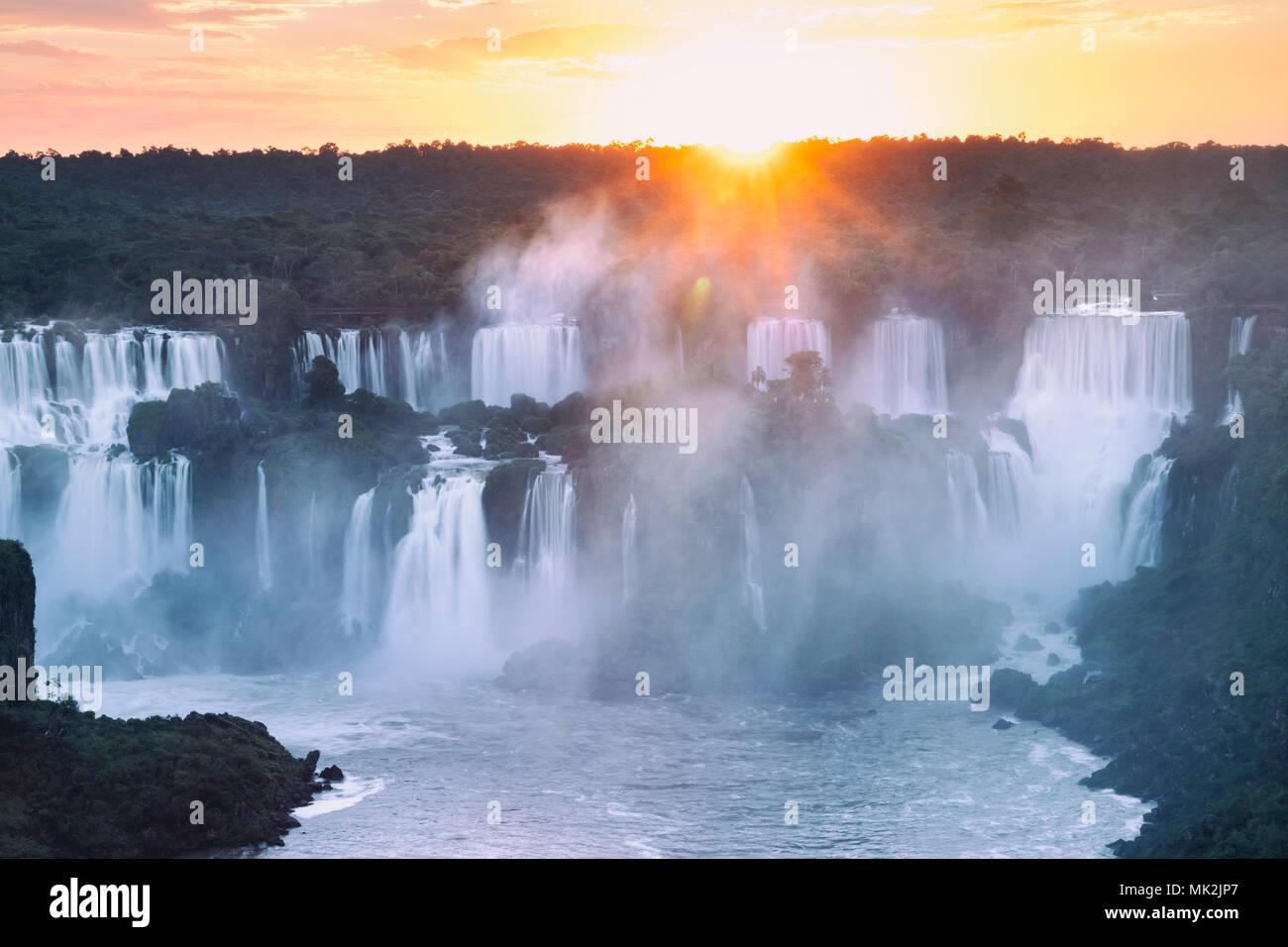 Les chutes d'Iguaçu Iguaçu ou - le plus grand système de cascade à la frontière du Brésil une Argentine Photo Stock