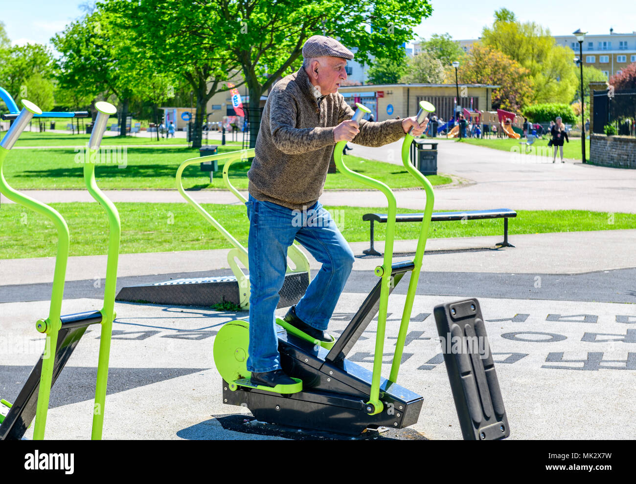 Homme Elserly exerçant sur un parc machine marche Photo Stock