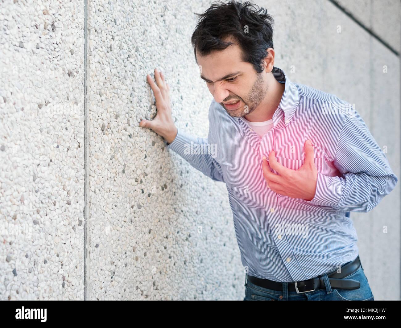 L'homme ayant une crise cardiaque soudaine et se sentir mal Photo Stock