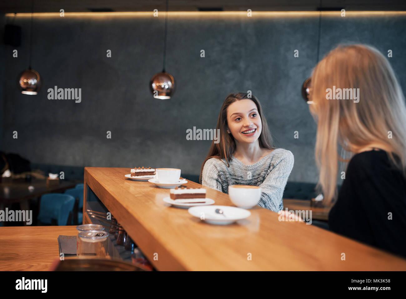 Deux amies à boire du café dans le café Photo Stock