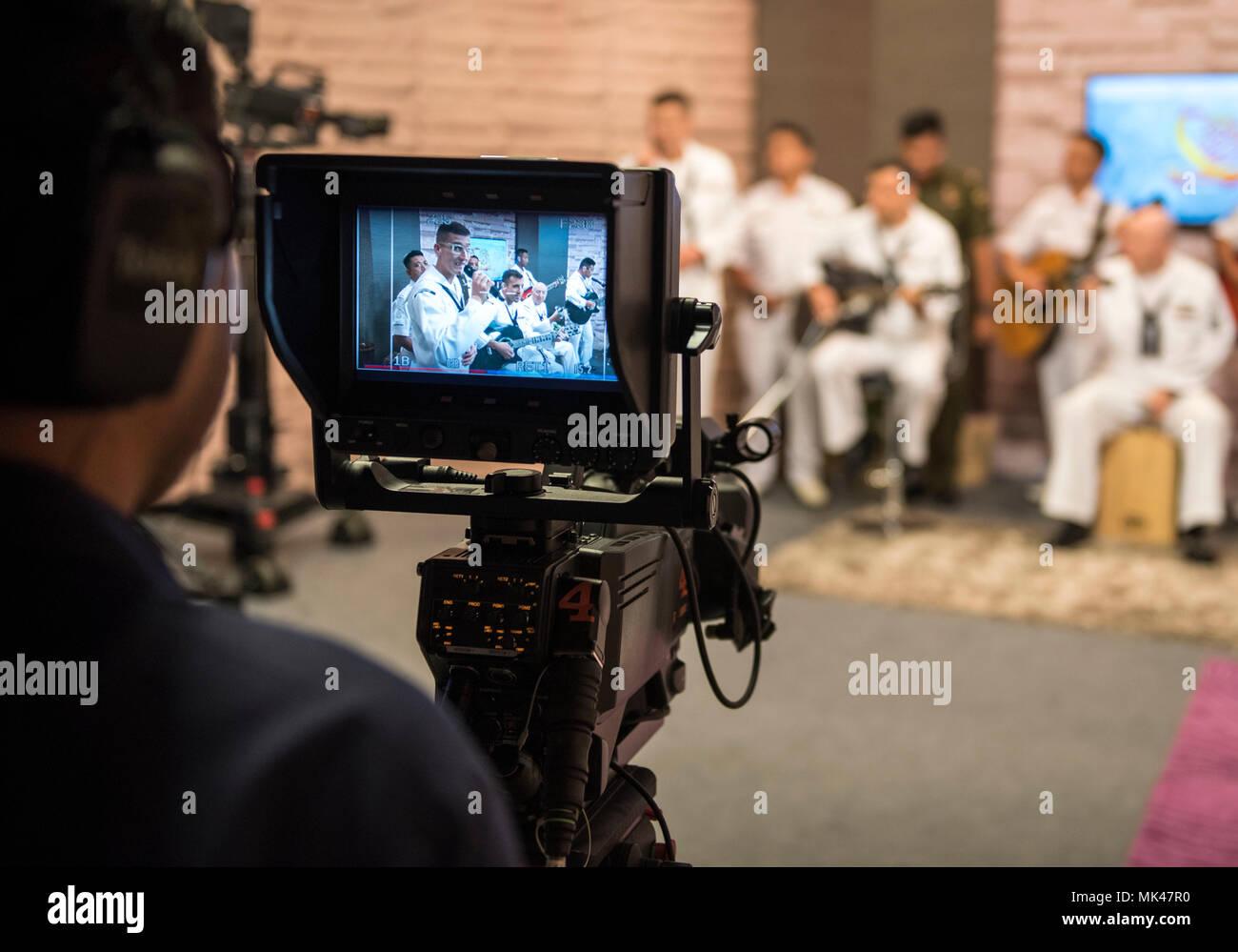 171107-N-OU129-081 BRUNÉI (7 novembre 2017) La 7ème Flotte américaine Orient Express Bande faire une apparition spéciale sur Radio TV L'émission de télévision Rampai Pagi matin pendant l'état de préparation et de formation à la coopération (CARAT) Brunei 2017 07 novembre. CARAT est une série d'exercices maritimes annuel entre la U.S. Navy, Corps des Marines des États-Unis et les forces armées des pays partenaires à: Bangladesh, Brunei, Indonésie, Malaisie, Sri Lanka, Singapour, la Thaïlande et le Timor-Leste. (U.S. Photo par marine Spécialiste de la communication de masse 2e classe Joshua Fulton/libérés) Photo Stock