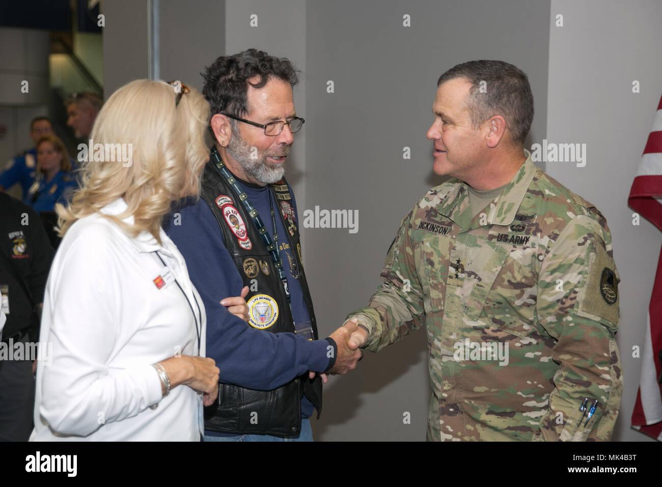 Le lieutenant général de l'armée américaine James Dickinson, commandant général de l'espace de l'armée et la défense antimissile / commande les forces de l'Armée de commandement stratégique, accueille un guerrier blessé à l'Aéroport International de Huntsville en commémoration de la Semaine des anciens combattants 8 novembre 2017, à Huntsville, Alabama. Les héros bienvenue événement était organisé par le Semper Fi Task force communautaire de North Alabama. (U.S. Photo de l'armée par le Sgt. 1re classe Teddy Wade) Banque D'Images