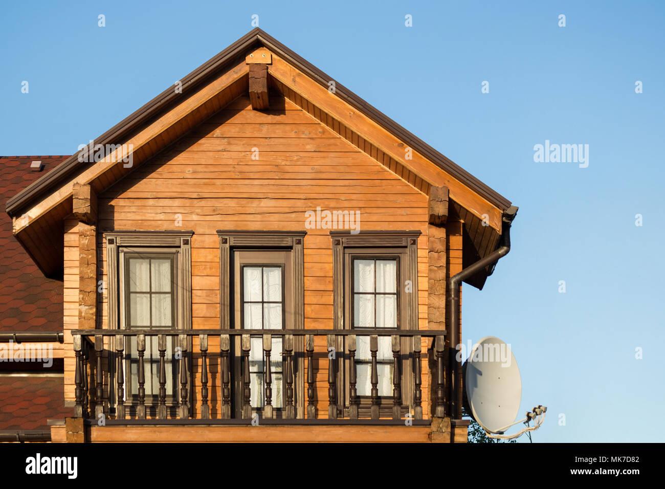 Partie de maison de campagne moderne en bois avec ciel bleu sur l ...