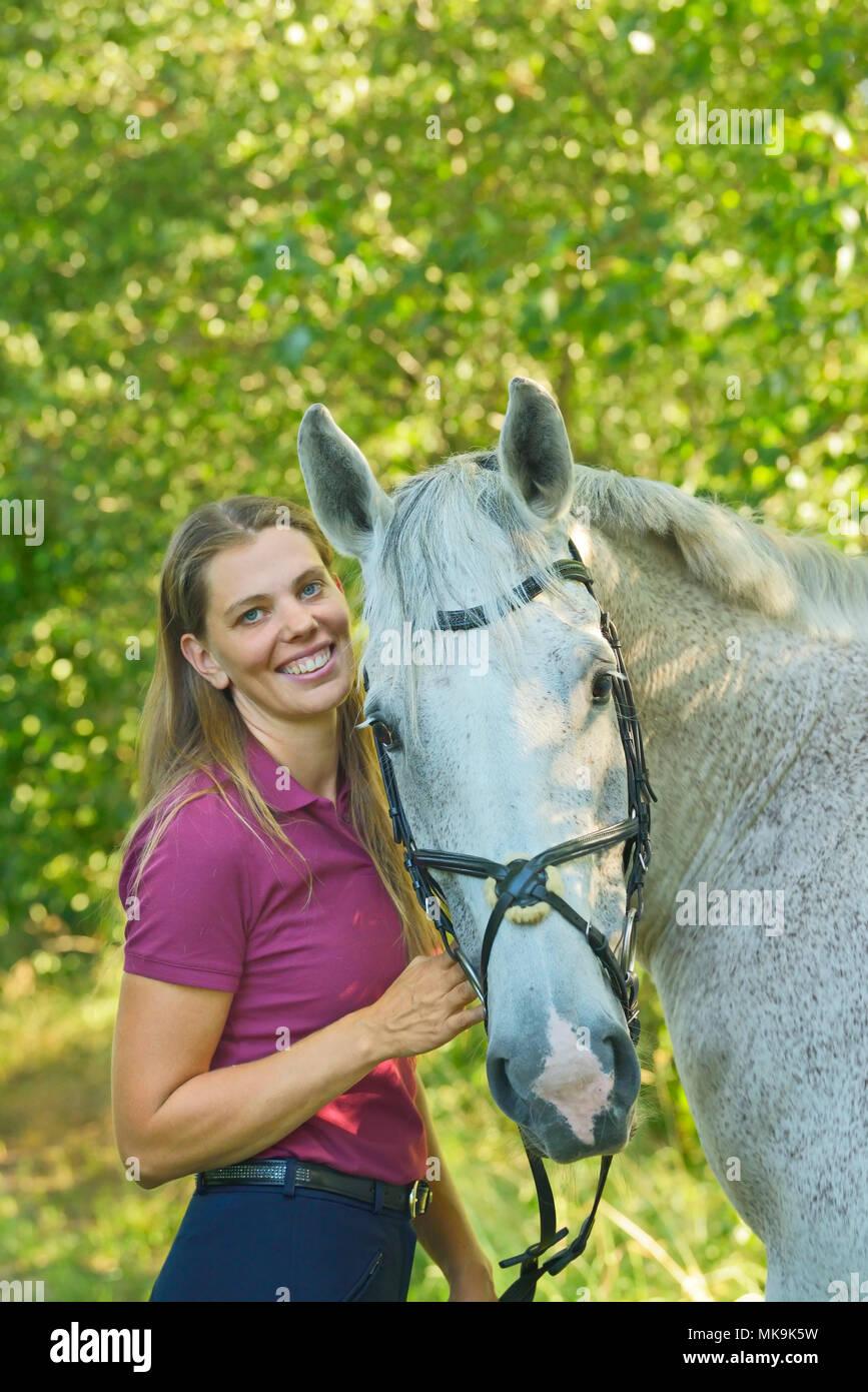 Femme et son cheval Selle Français Photo Stock