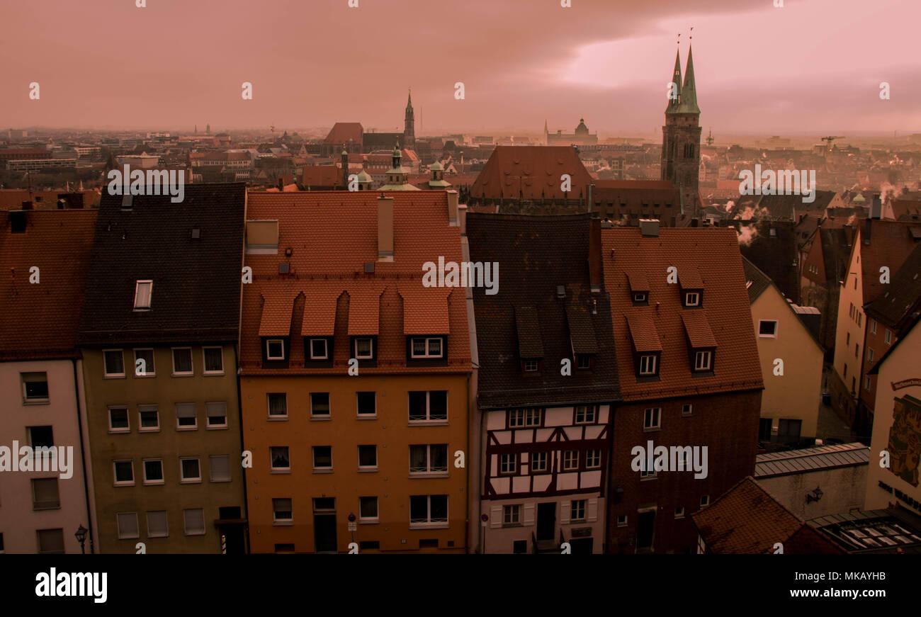 Nuremberg, Allemagne - la pollution par les combustibles fossiles au-dessus de l'horizon de la ville au lever du soleil image avec copie espace Photo Stock